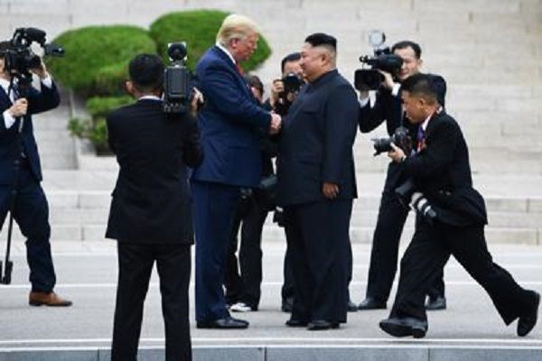 cms_13326/Trump_Kim_stretta_mano_Afp.jpg