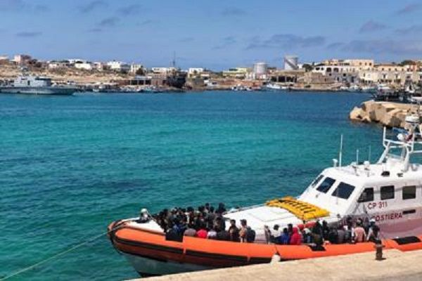 cms_18512/Lampedusa_sbarco_immigranti_2506_Adn.jpg