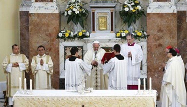 cms_2175/papa_in_chiesa_a_Ostia.jpg