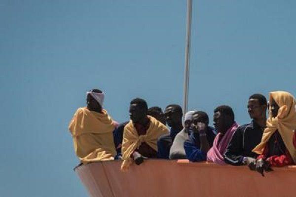 cms_18788/migranti_nave_barcone_tagliato_fg_ipa.jpg